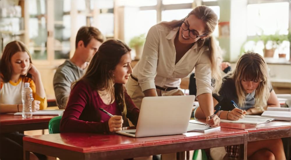 高校教師は時期によっては受験指導や就職支援も行う